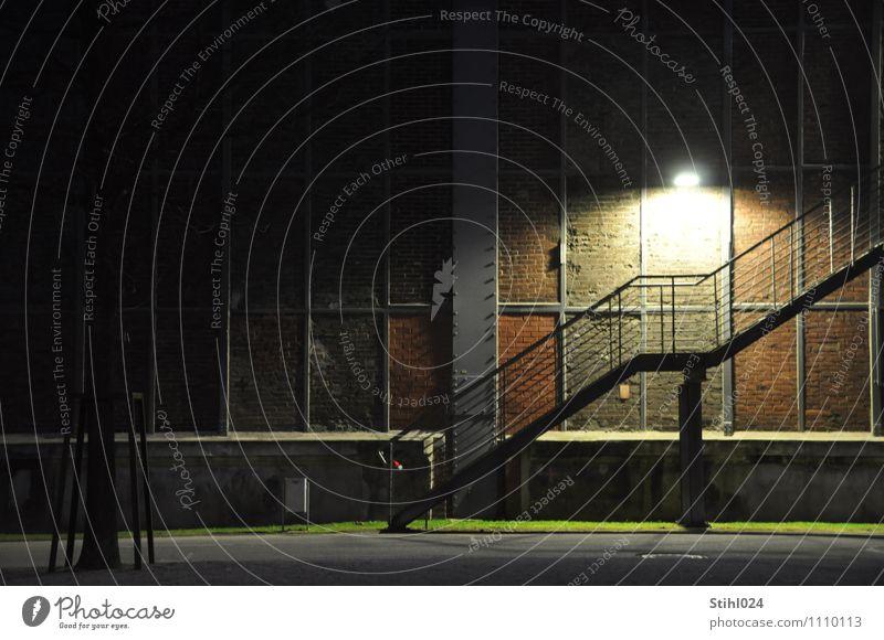 treppauf - treppab Einsamkeit schwarz Wand Gebäude Mauer grau Stimmung gehen Fassade Treppe leuchten Textfreiraum Industrie retro Schutz Geländer