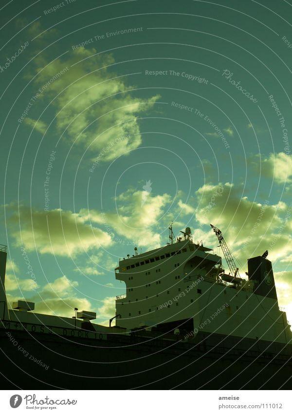 Unser kleiner Hafen [pt. 8] Wasser Himmel grün Wolken Ferne Farbe Arbeit & Erwerbstätigkeit Wasserfahrzeug Deutschland Hamburg Fluss Industriefotografie Hafen Maschine Elbe Heimweh