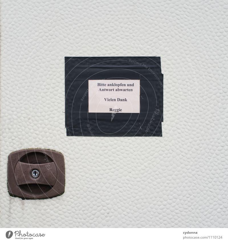 Nicht so schnell! Erholung Freizeit & Hobby Tür Schilder & Markierungen warten Schriftzeichen geschlossen Hinweisschild Kommunizieren einzigartig Freundlichkeit Pause Schutz Sicherheit geheimnisvoll Ziel