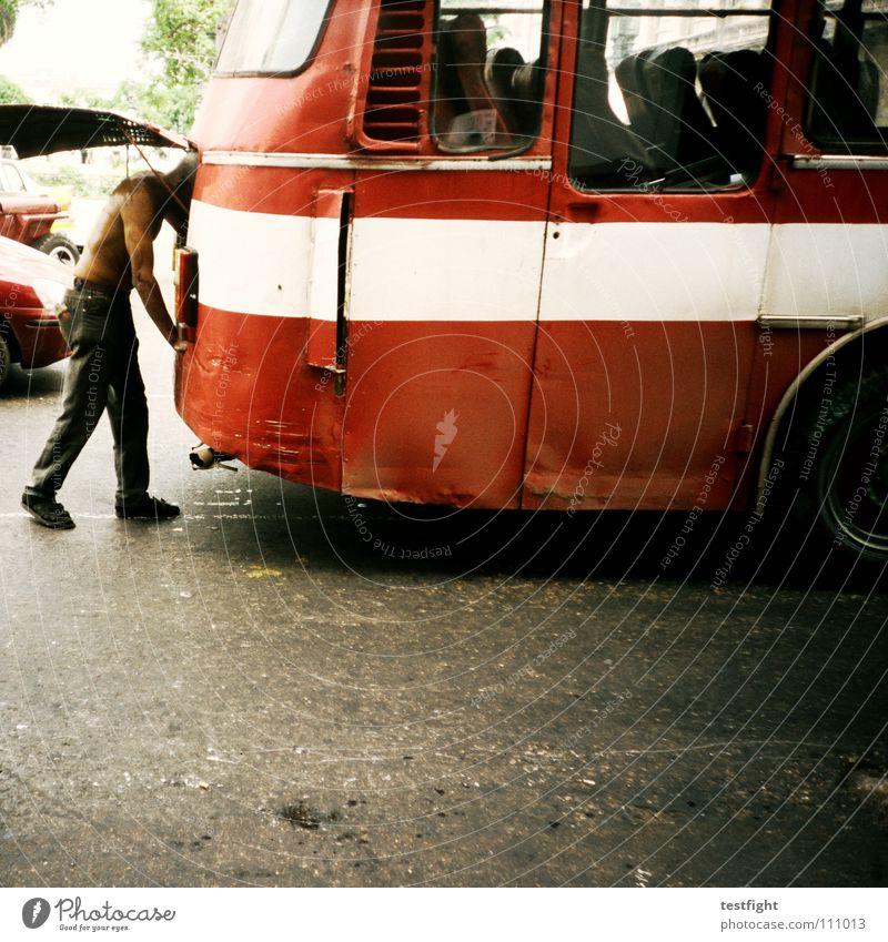 motor alt Ferien & Urlaub & Reisen kaputt trashig schäbig Bus Desaster Reparatur unterwegs Bildausschnitt Anschnitt Schaden Reisebus Schrott Heck Panne