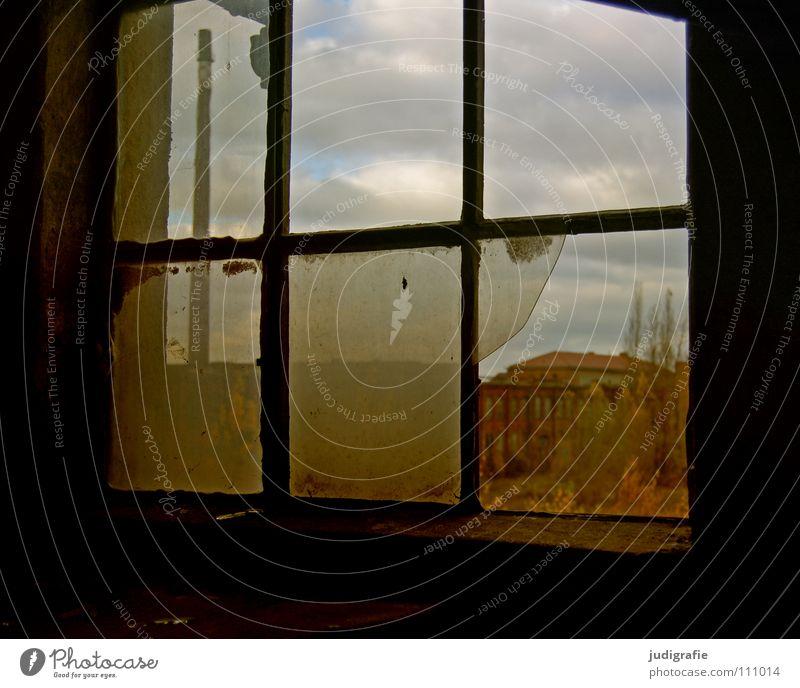 Industrieromantik alt Einsamkeit Farbe Fenster Glas Industrie Fabrik kaputt Baustelle verfallen Schornstein Demontage Scherbe Kunstwerk Splitter