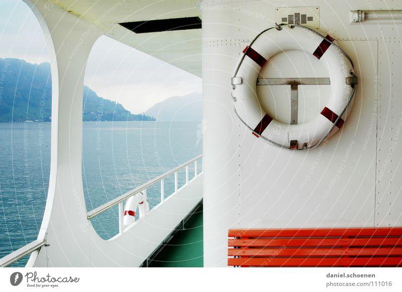 es passiert schon nichts ! Wasserfahrzeug fahren See Meer Horizont Fernweh Reisefieber Rettungsring Sicherheit Herbst Schweiz Vierwaldstätter See weiß grün grau