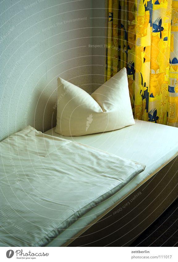 Angenehme Nacht Hotel Herberge schlafen träumen Bett Doppelbett Kissen Bettdecke Gardine Dienstleistungsgewerbe Schlafzimmer Decke Kopfkissen Hotelzimmer