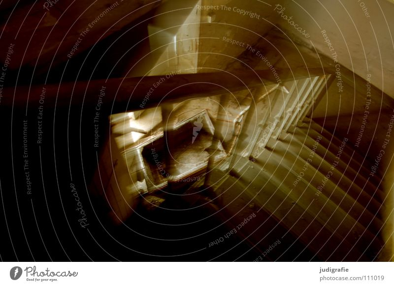 Industrieromantik alt dunkel Treppe kaputt verfallen Geländer Verfall schäbig Treppengeländer Treppenhaus abwärts unheimlich Monochrom Lichteinfall