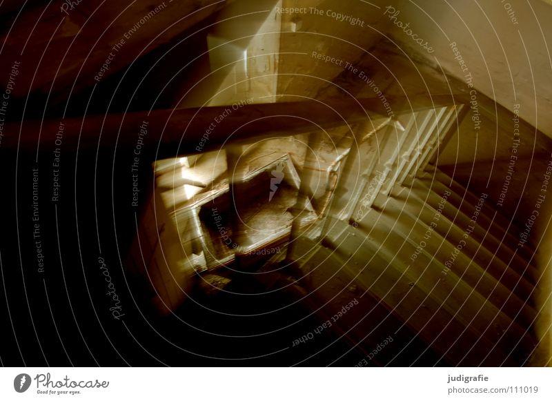 Industrieromantik Treppenhaus abwärts Licht Unschärfe unheimlich verfallen kaputt Geländer alt Treppengeländer Lichteinfall Verfall schäbig Monochrom dunkel