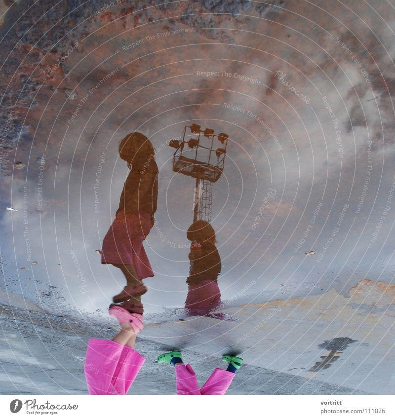 2 h vor der abreise Kind Mädchen Reflexion & Spiegelung Pfütze rosa Stil verkehrt Wolken Spaziergang grau Tochter Scheinwerfer Rost Himmel trashig Straße