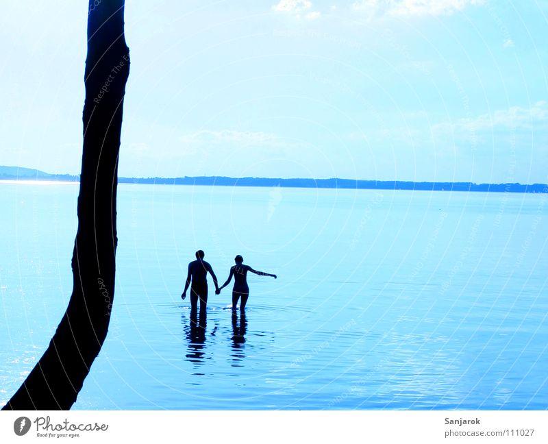 Frisch verliebt IV Chiemsee See Meer Wellen Reflexion & Spiegelung Wolken Bayern Sommer Ferien & Urlaub & Reisen Liebespaar kalt nass Hand in Hand Wasser blau
