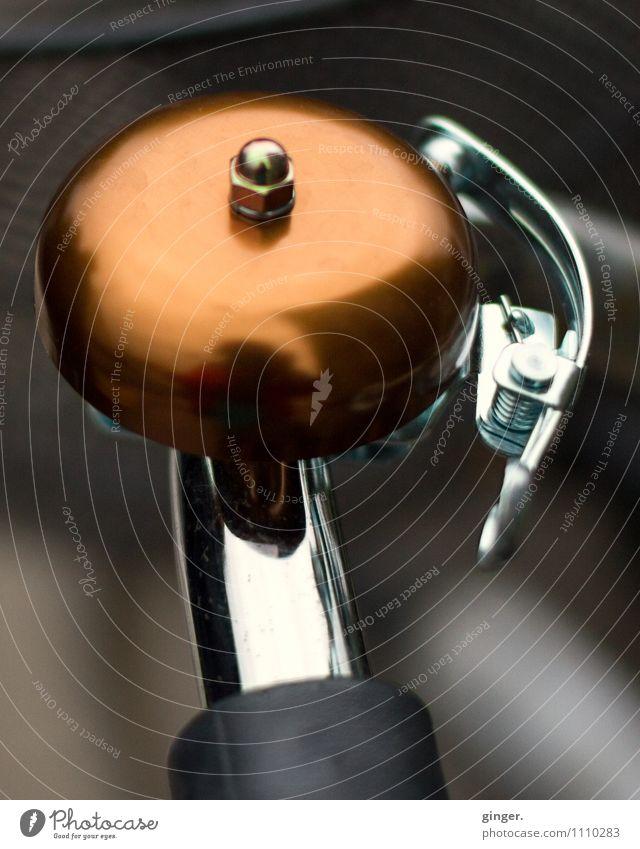 Schönes Klingeling Fahrradklingel dunkel hell Metall Ton Warnung Lenker glänzend braun silber schwarz Schraube ruhig Spiegel rund schick Bügel Farbfoto