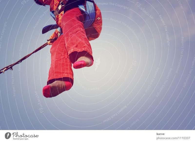 Hoch hinaus Garten Mädchen Fuß 3-8 Jahre Kind Kindheit springen Dynamik Trampolin Freude Bewegung Energie hoch Himmel Wolken Erfahrung Kribbeln Salto