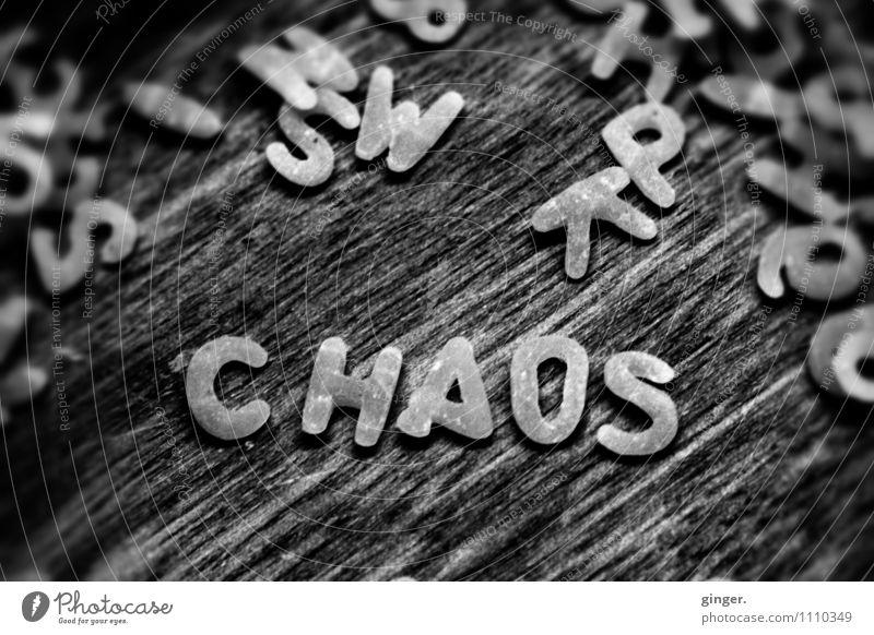 CHAOS Zeichen chaotisch Nudeln Buchstaben Ziffern & Zahlen durcheinander Wort liegen schreiben Holz Suppennudeln klein hingelegt Makroaufnahme roh lesen
