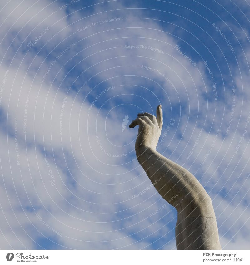 dort oben überm himmelszelt Hand Himmel Wolken grau Stein Graffiti Arme Beton Finger Perspektive Statue Zeigefinger