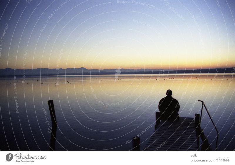 Stille Mensch Mann Natur Wasser blau ruhig Einsamkeit gelb Ferne Farbe dunkel kalt Erholung See Landschaft Luft
