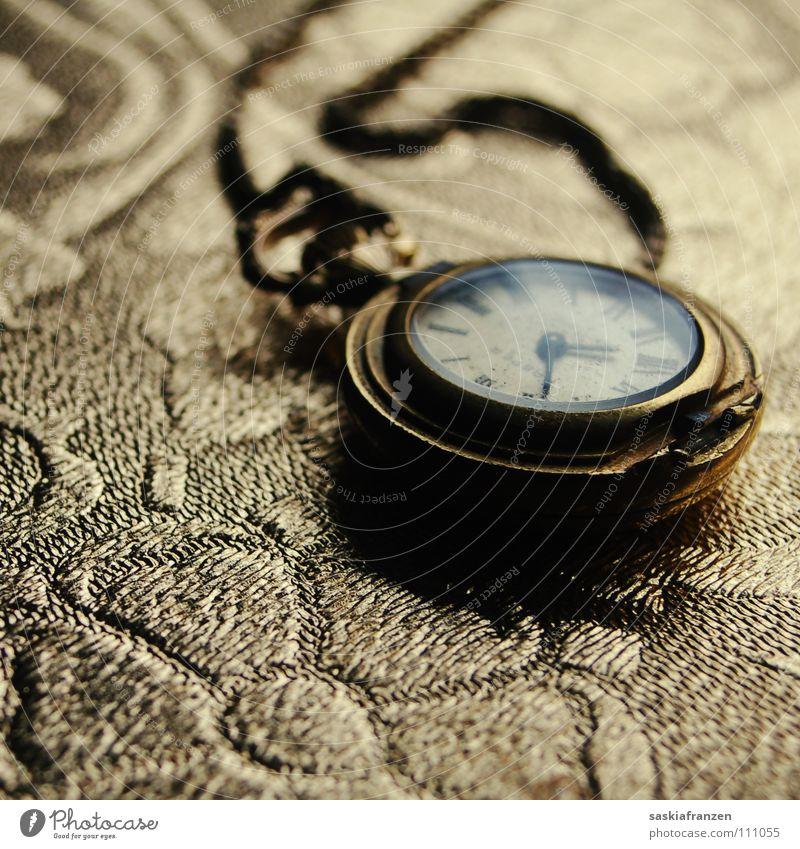 Die goldenen Zeiten. alt Metall glänzend Glas Gold Zeit kaputt Uhr Vergänglichkeit Reichtum Schmuck niedlich Kette edel antik Erinnerung