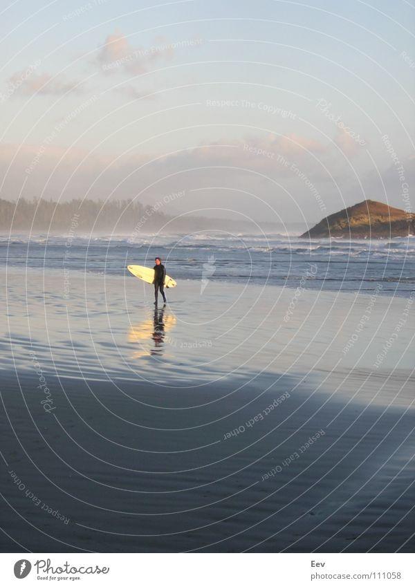 Done with the surf. Himmel blau Wasser schön Strand Einsamkeit Wolken Erholung Freiheit Sand Felsen Insel Vertrauen Urwald Surfen Schaum
