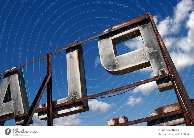 ALP Himmel blau Sommer Freude Wolken Aussicht Schriftzeichen Buchstaben Werbung Stahl Wachsamkeit Baugerüst abgelegen Großbuchstabe