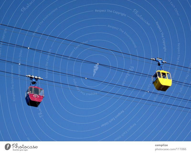 seitwärts Seilbahn oben abseilen fahren Bewegung Skilift Sommer Winter stark Stahl rot gelb begegnen Hallo rechts links Verkehr Spielen Luftverkehr