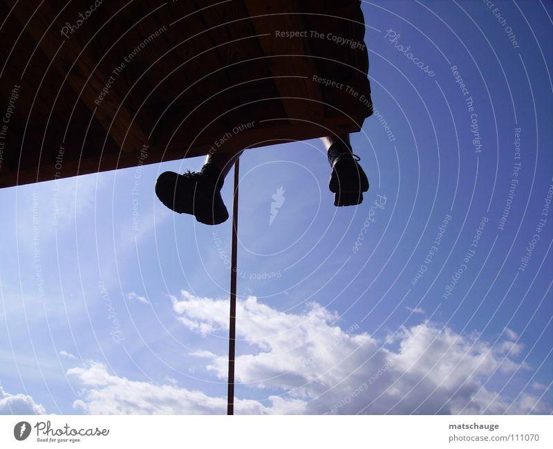 Riesenbaby beim Abseilen Himmel blau Haus Wolken Freiheit Fuß Schuhe Beine Seil gefährlich Freizeit & Hobby Balkon Flucht loslassen abseilen
