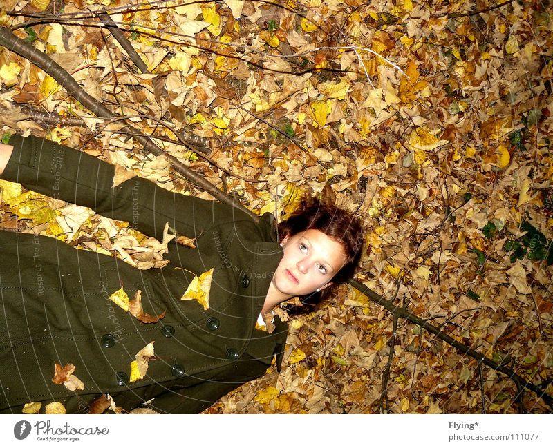 Im Laube verweht Frau Mensch grün Blatt Wald Herbst Tod Bekleidung Frieden Ast Mantel finden verträumt Leiche Herbstlaub wach