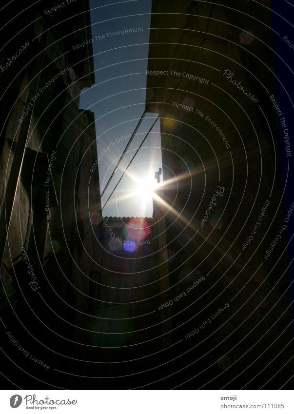 greezer Sonne Silhouette Gegenlicht gegen Sommer Süden Slowenien Italien Gasse Haus Wand Mauer Physik dunkel Himmel sun sunshine Lichterscheinung bright