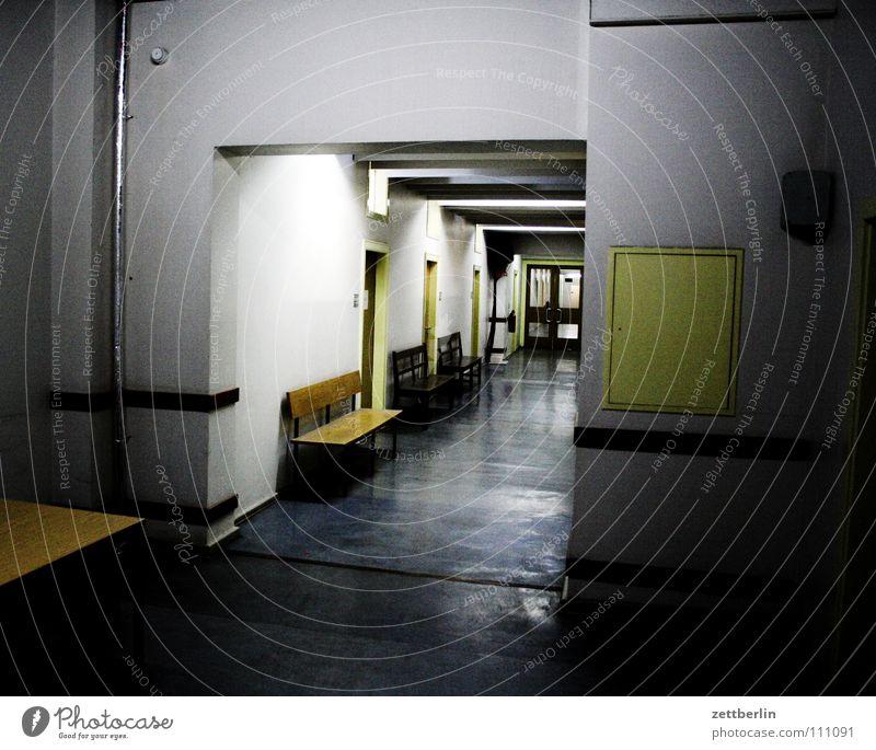 Amt Behörden u. Ämter Licht dunkel Neonlicht kalt 8 Arbeit & Erwerbstätigkeit Bank warten Gang