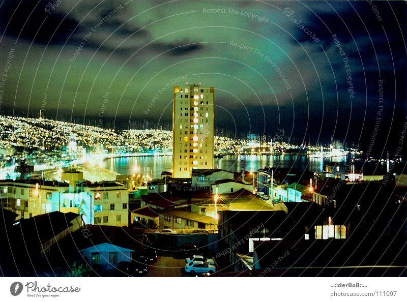 Valpo Hochhaus Stadt Valparaíso Südamerika Chile Wolken Haus Nacht analog Lomografie Farbe south america Himmel heaven overview clouds colour houses night .