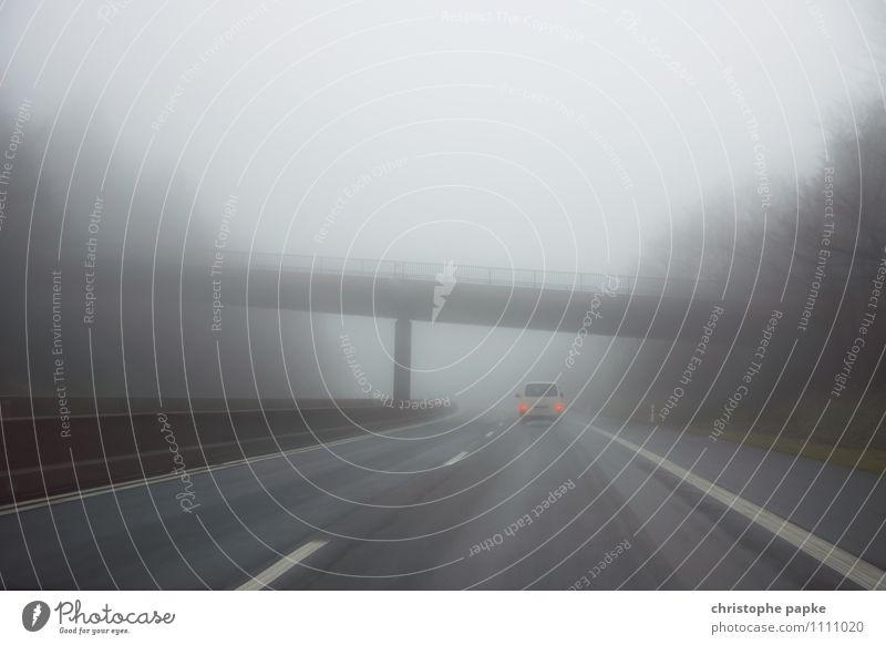 Autobahn im Nebel Ausflug Herbst schlechtes Wetter Regen Verkehr Verkehrsmittel Verkehrswege Güterverkehr & Logistik Straßenverkehr Autofahren Fahrzeug PKW