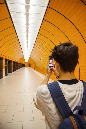 Snapshot Jugendliche Stadt Junger Mann 18-30 Jahre kalt Erwachsene Architektur Lifestyle Deutschland orange Tourismus Verkehr Kommunizieren Coolness entdecken