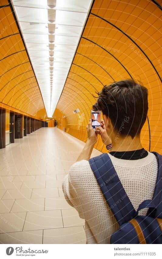 Snapshot Jugendliche Stadt Junger Mann 18-30 Jahre kalt Erwachsene Architektur Lifestyle Deutschland orange Tourismus Verkehr Kommunizieren Coolness entdecken Fotokamera
