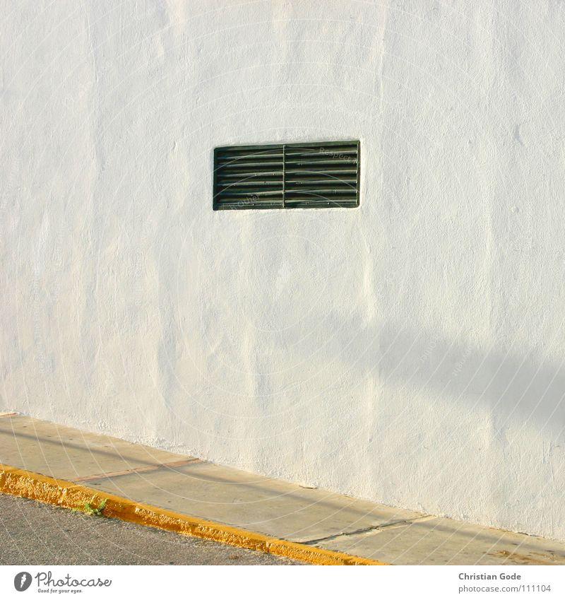 Lüftungsfenster bei Abendstimmung Bürgersteig Bordsteinkante Wand Spanien Andalusien weiß gelb Steigung Haus parken fahren Fußgänger Besucher Dämmerung Beton