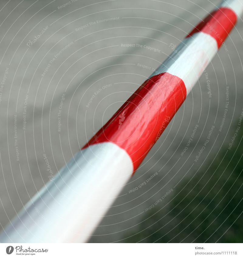 dehnen & strecken (III) Park Wiese Wege & Pfade Barriere Kunststoff Zeichen Schilder & Markierungen Linie Schnur hängen einfach sportlich Stadt rot weiß Design