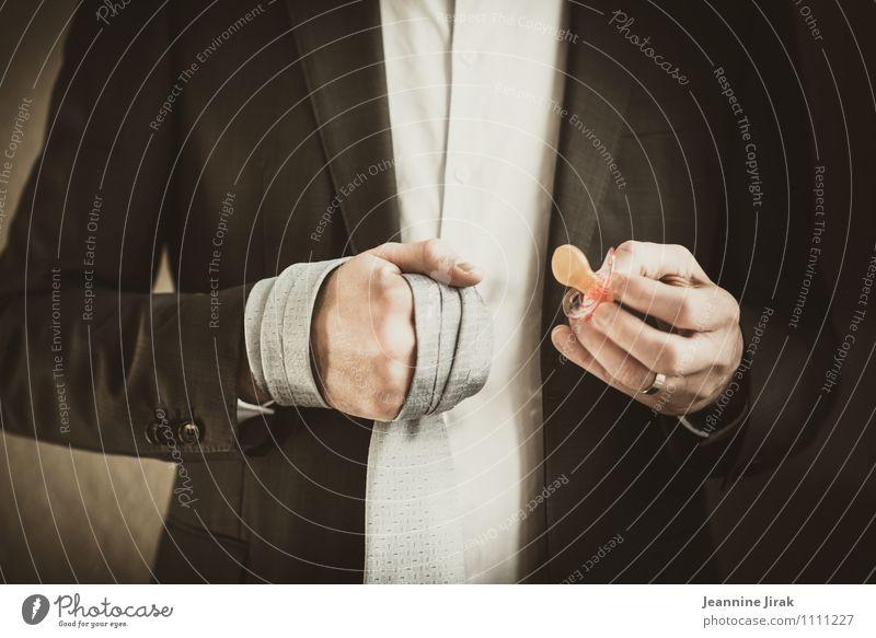 Dilemma der Männer Mensch Mann Hand Erwachsene Leben Business maskulin modern Erfolg Finger Coolness Wandel & Veränderung festhalten Jacke Ring Hemd