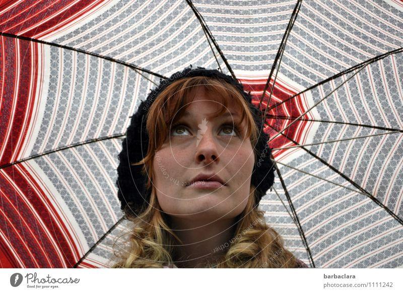Aprilwetter Mensch feminin Frau Erwachsene Kopf 1 18-30 Jahre Jugendliche Wetter Regen Regenschirm Mütze blond langhaarig Locken Blick Gefühle Zufriedenheit