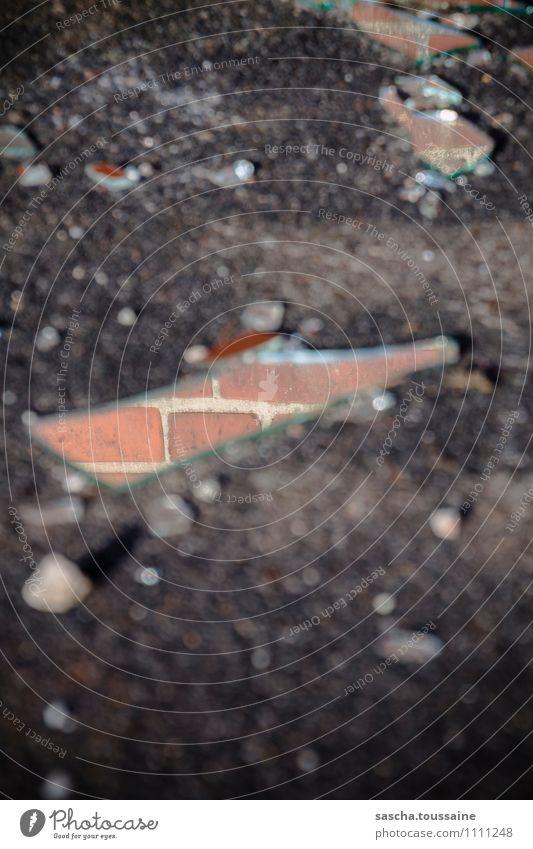 Spieglein vor der Wand Mauer Glück Stein glänzend Glas Perspektive Spitze Vergänglichkeit kaputt Boden Asphalt Spiegel chaotisch Backstein Irritation