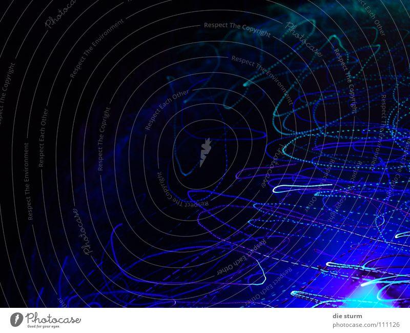 Lichtgemälde dunkel Lichtspiel schwarz Belichtung Langzeitbelichtung Beleuchtung glühen blau im Bett entstanden spielen mit Licht tief Aussehen