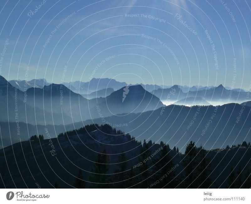 land in sicht Himmel blau Farbe Landschaft ruhig Ferne Winter dunkel kalt Berge u. Gebirge Herbst grau Freiheit Horizont glänzend Nebel