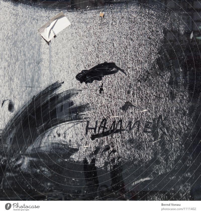 Hammerfoto Buchstaben Zeichen Schmiererei Fenster Glas Etikett Neubau Baustelle Kork schwarz weiß Glasscheibe dreckig Graffiti