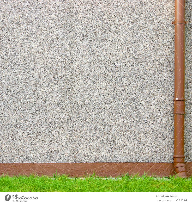 Fallrohr Wand Wiese grün braun Garage Vorgarten Detailaufnahme Deutschland Verkehrswege Wohnsiedlung Röhren