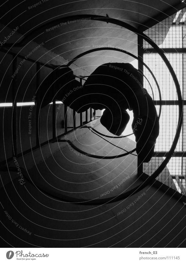 komm mal wieder runter II dunkel rund Kreis schwarz weiß Silhouette Tunnel Gitter Licht Abstieg aufsteigen Hand Höhenflug beruhigend Erholung Studentenwohnheim