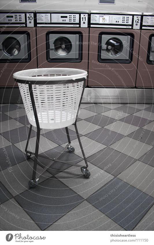 Wäsche waschen Strümpfe Hose Unterhose Waschhaus Waschmaschine Wäschekorb Waschmittel Weichspüler Ecke Wäschetrockner trocknen duftig anziehen Langeweile Blick