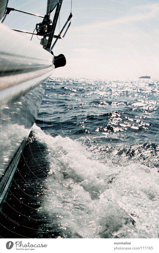 drive into the blue Segelboot Wasserfahrzeug Sportboot Meer See Horizont Meerwasser Gischt fahren Reling Oberkörper Wellen Fernweh reich Freude Sommer Spielen
