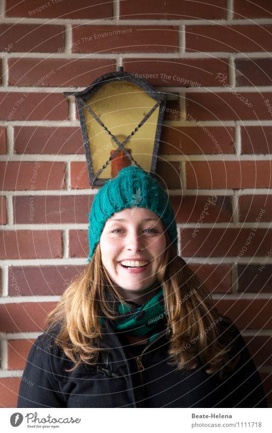 Warme Ohren machen froh Jugendliche grün schön Junge Frau rot Freude 18-30 Jahre Gesicht Erwachsene Wand Leben Mauer Glück Haare & Frisuren Kopf Zufriedenheit