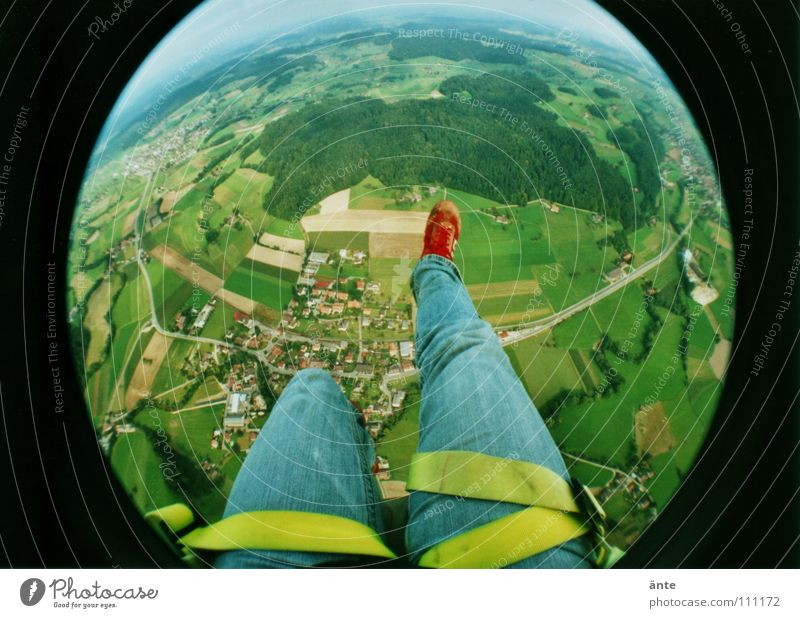 oaaaaahh!! Wald Landschaft Beine Luft Erde Angst fliegen hoch gefährlich Lomografie Fallschirm bedrohlich Fischauge Niveau Jeanshose fallen