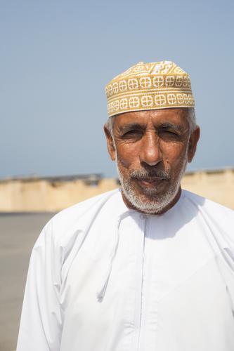 Araber im Oman Mensch maskulin Mann Erwachsene Männlicher Senior Vater Großvater Leben 1 45-60 Jahre 60 und älter Erde Sand Sommer Dorf Fischerdorf Bekleidung