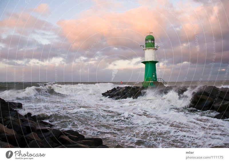 Leuchtturm im Sturm grün weiß Wellen Brandung Meer Rostock Warnemünde Brise Orkan Licht Klippe Hafen Ostsee Steife Sturmflut Wasserfahrzeug