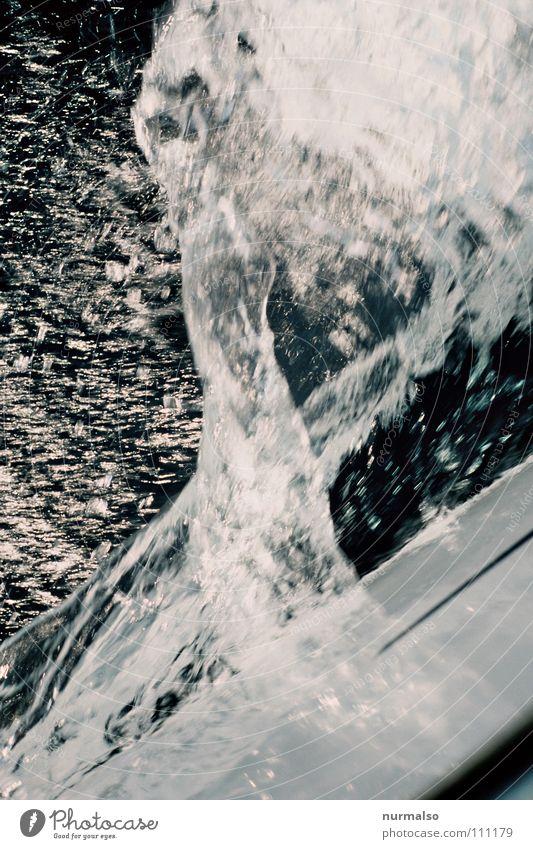 Wasser in Bewegung Schiffsbug spritzen Wellen Wasserfahrzeug Meer Sportboot Segelboot geschnitten Oberkörper gleiten Wasserspritzer See Spielen Europa Erfolg