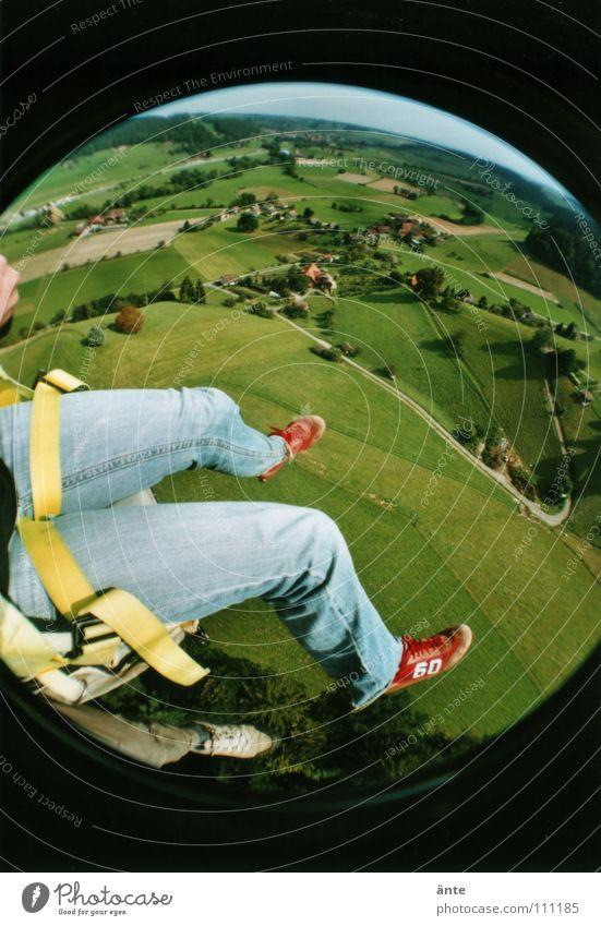 huiiiiii..! Landschaft Beine Luft Angst fliegen hoch gefährlich bedrohlich Niveau Jeanshose festhalten fallen Aussicht Fallschirm Sturz tief