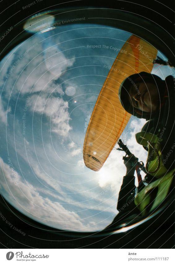 wheeee... Gleitschirm ungeheuerlich Schweben Schwerelosigkeit Gleitschirmfliegen Luft Fischauge Lomografie festhalten gefährlich Nervenkitzel fallen Beine Blick