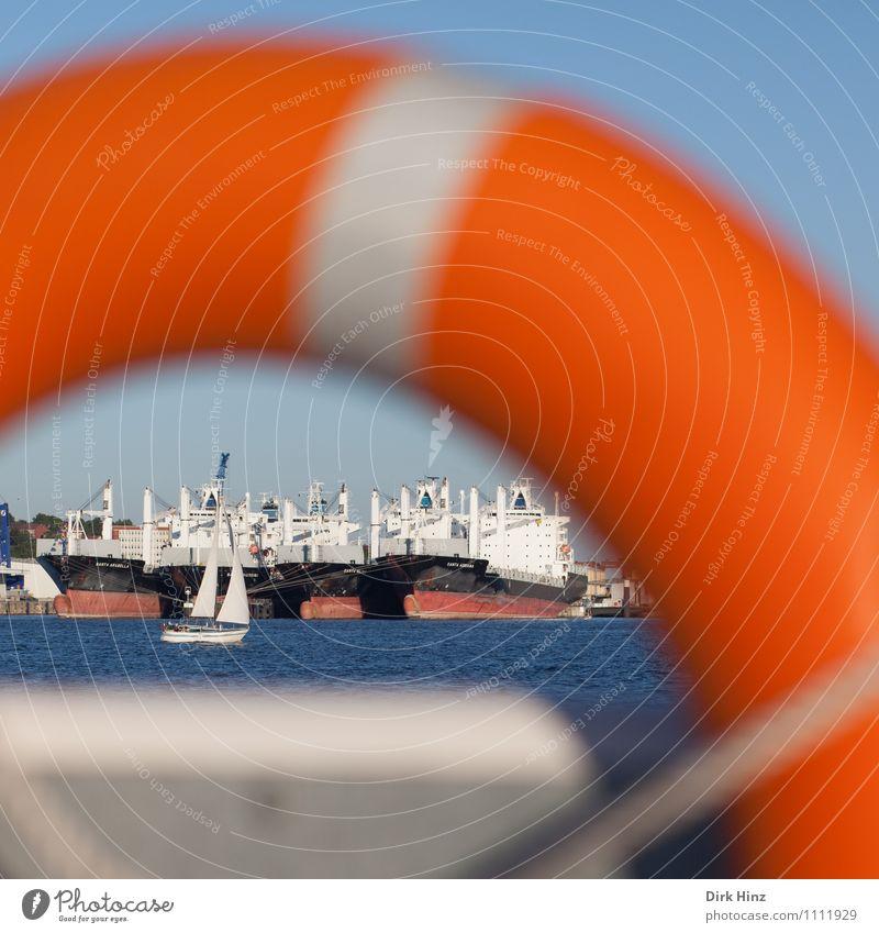 Rettung in Sicht blau Meer Leben Küste Wasserfahrzeug orange Wellen warten gefährlich Aussicht Schönes Wetter Pause Güterverkehr & Logistik Schutz Sicherheit Ostsee