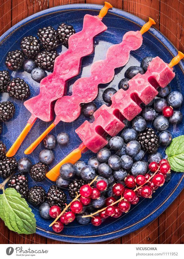 Sommer Beeren Eis in blauer Teller Lebensmittel Frucht Dessert Ernährung Bioprodukte Vegetarische Ernährung Diät Stil Design Gesunde Ernährung Garten Tisch