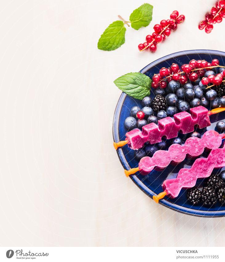 Obst Eiscreme am Stiel in blauem Teller schön Sommer Gesunde Ernährung Leben Stil Hintergrundbild Garten Foodfotografie Frucht Design Tisch Speiseeis weich Coolness Küche Süßwaren